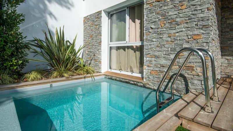 Berceau de détente petite piscine beton citadine 10m2 Piscine citadine Gris clair