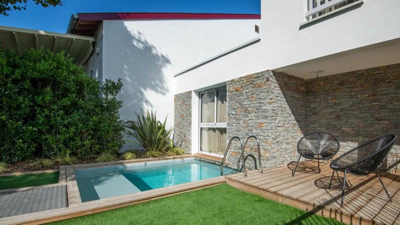Berceau de détente petite piscine citadine coin douche Piscine citadine Gris clair