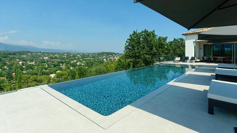 Un monde infini piscine beton debordement mosaique effet scintillant belle vue Piscine à débordement