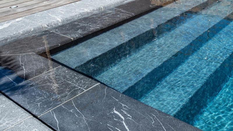 Eclat entre ciel et pierre piscine beton miroir hauteur effet marbre Piscine miroir minéral 3D Gris ardoise