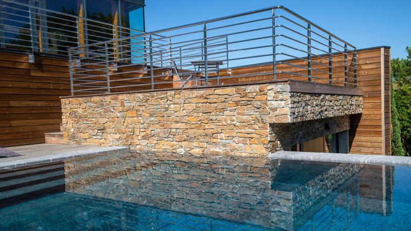 Eclat entre ciel et pierre piscine beton miroir mur en pierre Piscine miroir minéral 3D Gris ardoise