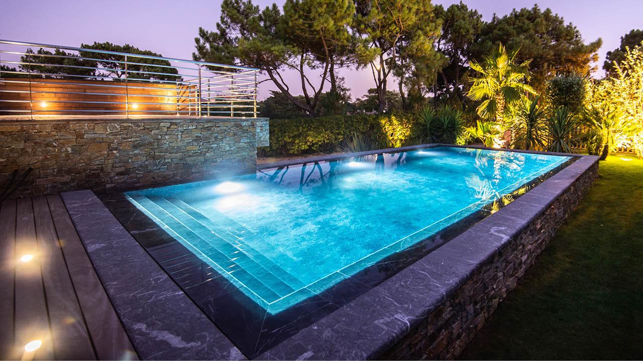 Eclat entre ciel et pierre piscine miroir beton hauteur eau eclairee Piscine miroir minéral 3D Gris ardoise