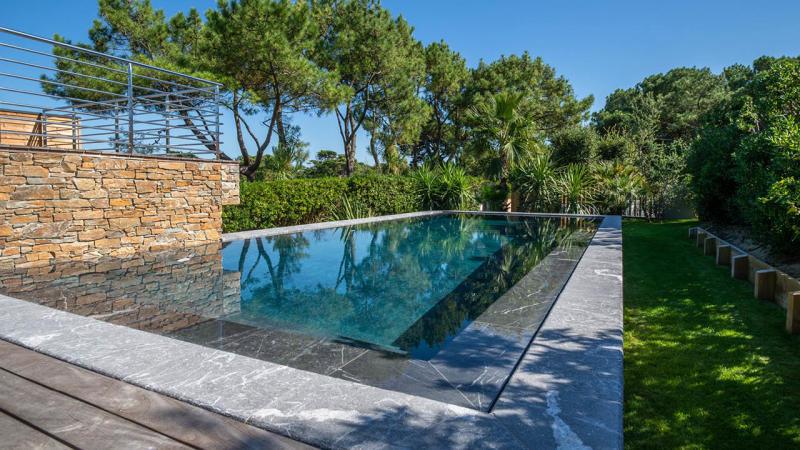 Eclat entre ciel et pierre piscine miroir beton jardin hors sol Piscine miroir minéral 3D Gris ardoise