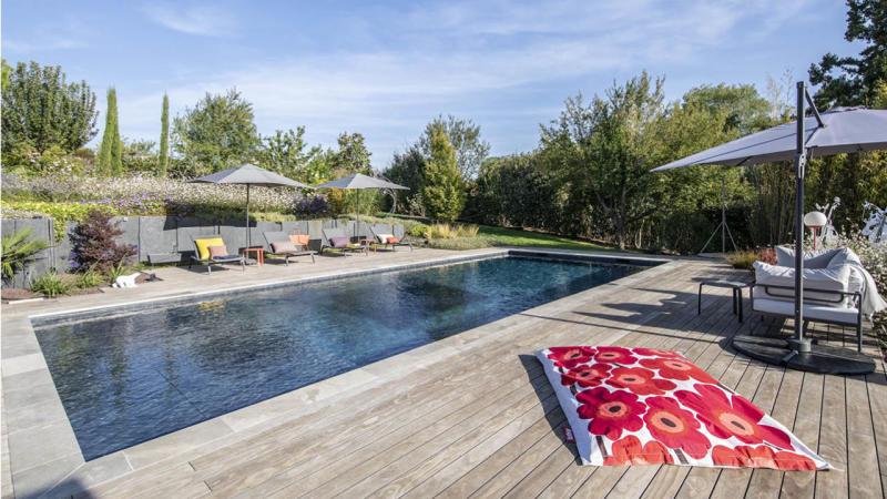 La beauté des détails piscine paysagee beton transats terrasse bois Piscine paysagée 3D Gris ardoise