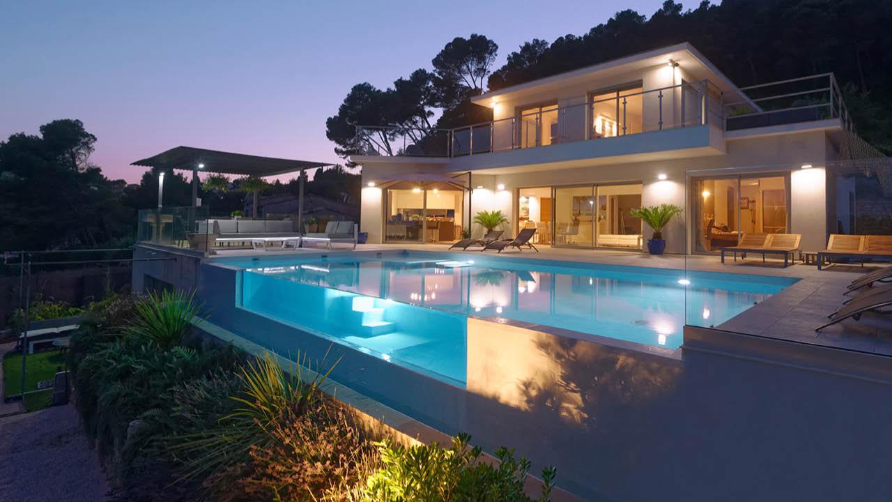 Fenêtre sur l'eau piscine beton eclairage nuit paroi vitree verre Piscine à paroi vitrée Blanc