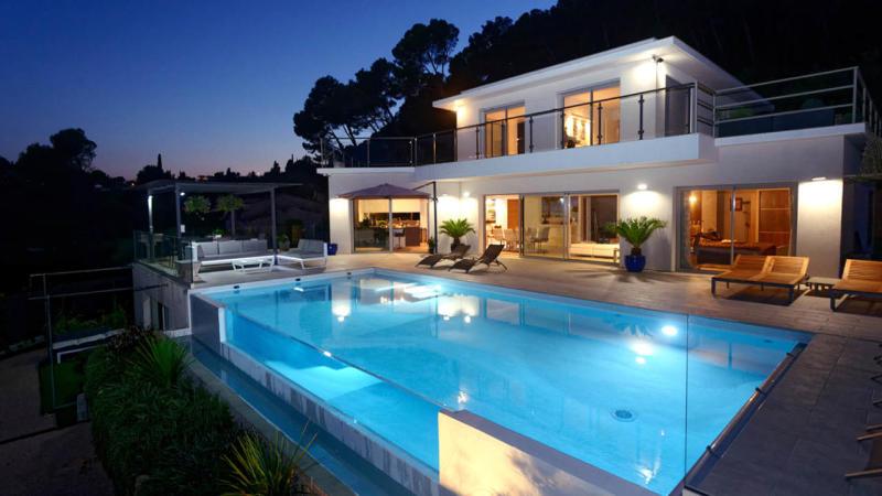 Fenêtre sur l'eau piscine eclairage nuit paroi vitree verre Piscine à paroi vitrée Blanc