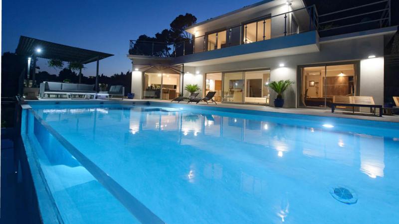Fenêtre sur l'eau piscine nuit paroi vitree verre Piscine à paroi vitrée Blanc