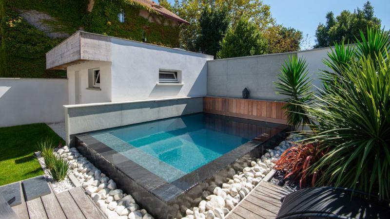 Pisciniste Biarritz petite piscine avec revetement en pierre fonce klea 64