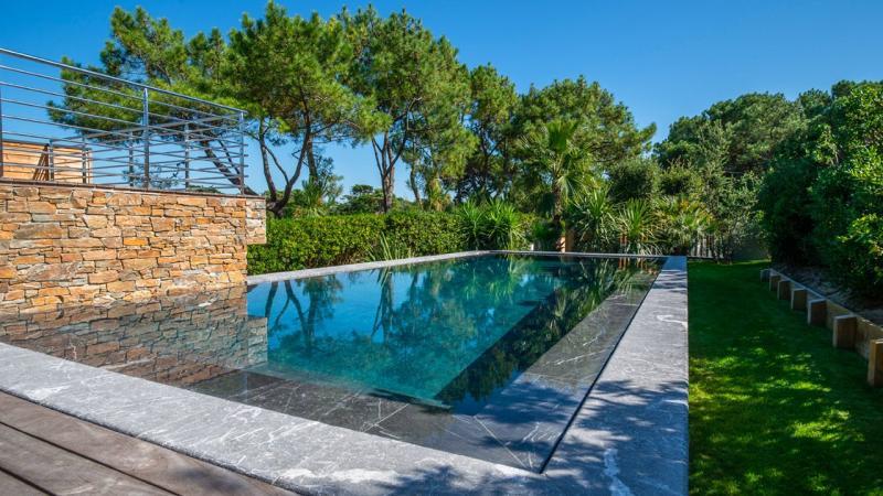 Pisciniste Biarritz piscine exterieure dans un environnement verdoyant klea 64