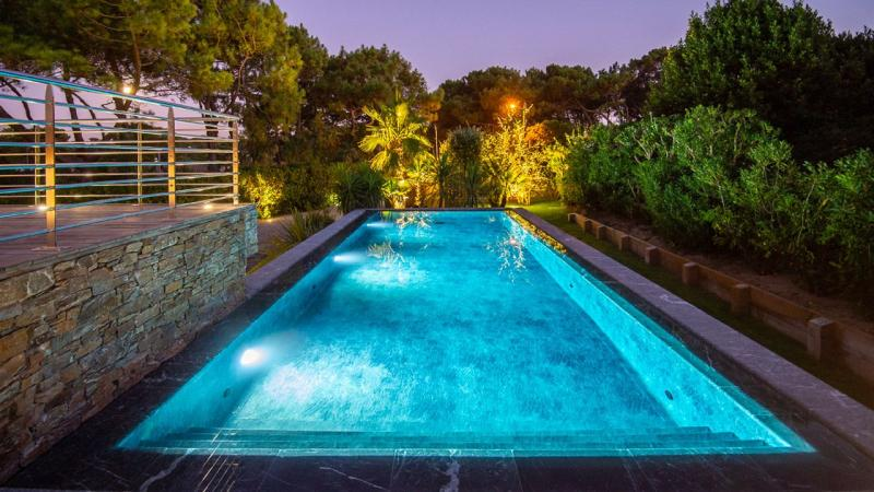 Pisciniste Biarritz superbe piscine exterieure avec eclairages nocturnes klea 64