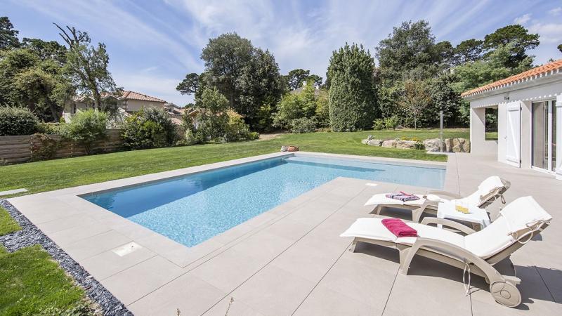 Terrasse à fleur d'eau frise ceramique pour piscine Ligne d'eau minérale Gris clair