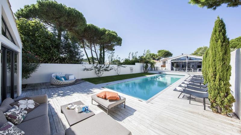 Pisciniste Poitiers l esprit piscine gasnier piscines 86 splendide piscine avec terrasse en bois clair