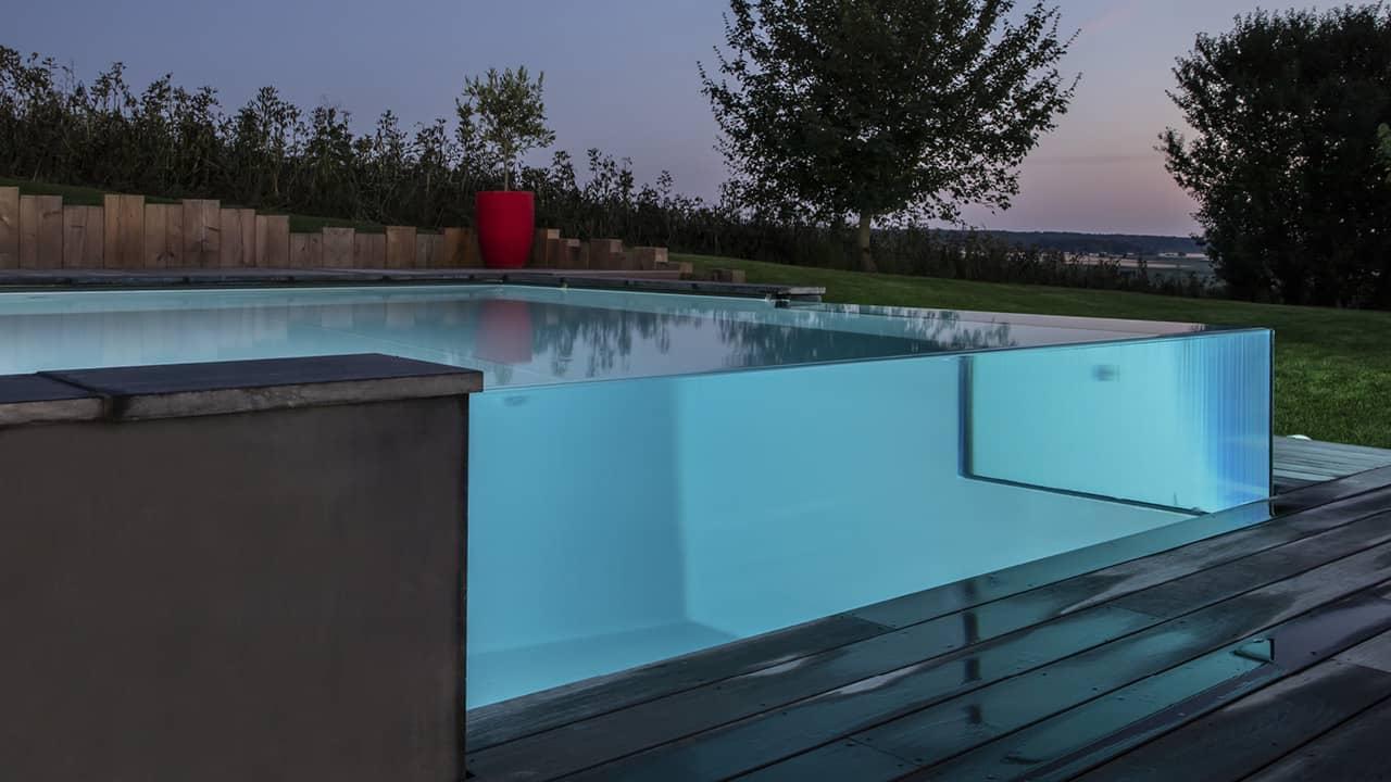 Pointe d'eau renversante Piscine debordement verre nuit esprit piscine 2020 53 Piscine à débordement Piscine à paroi vitrée Gris anthracite