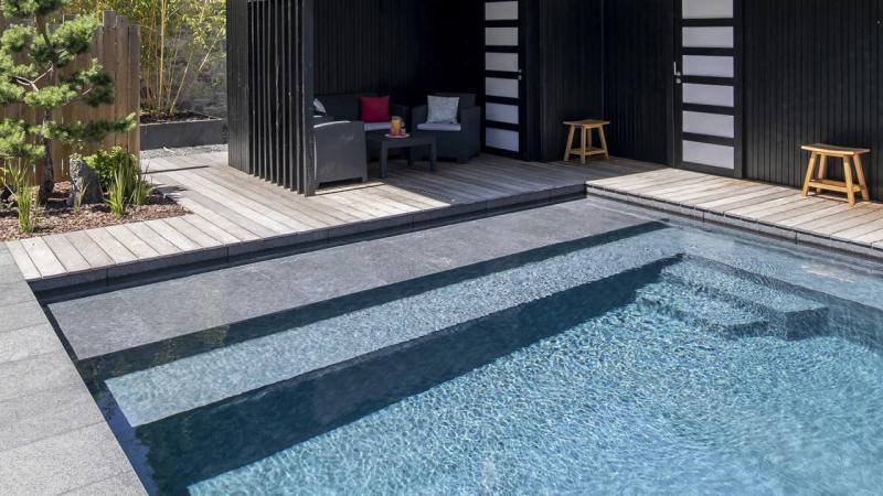 Baignade en toute sérénité ligne eau minérale banc volet esprit piscine 2020 80 Ligne d'eau minérale 3D Gris béton
