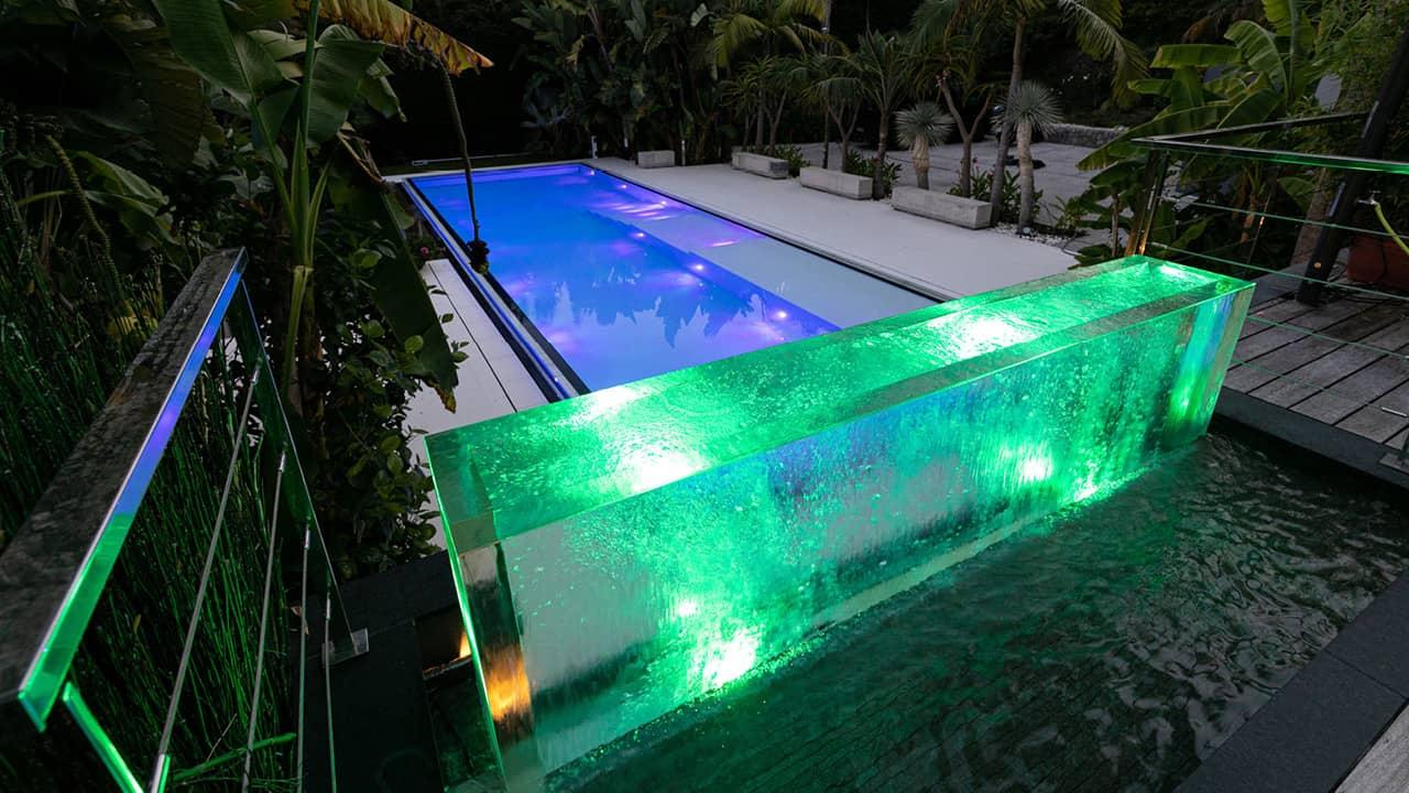 Bord d'eau cristallin piscine miroir verre couleur esprit piscine 2020 112 Piscine à paroi vitrée