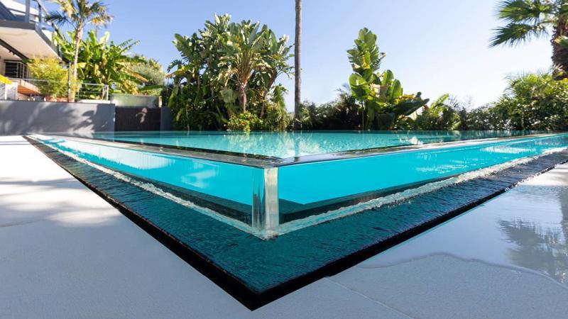 Bord d'eau cristallin piscine miroir verre esprit piscine 2020 109 Piscine à paroi vitrée