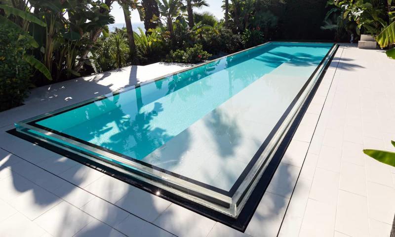 Piscine à paroi vitrée Bord d'eau cristallin