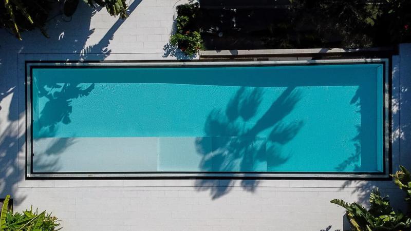 Bord d'eau cristallin piscine miroir vue dessus esprit piscine 2020 111 Piscine à paroi vitrée