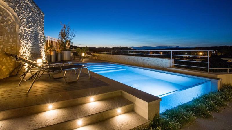 Zone de baignade époustouflante piscine paroi verre nuit esprit piscine 2020 102 Piscine à paroi vitrée 3D Gris béton