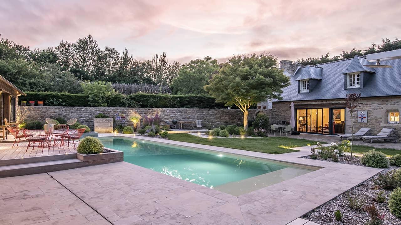 Paradis de vert et d'eau piscine paysagée crépuscule esprit piscine 2020 57 Piscine In&Out Piscine paysagée 3D Sable