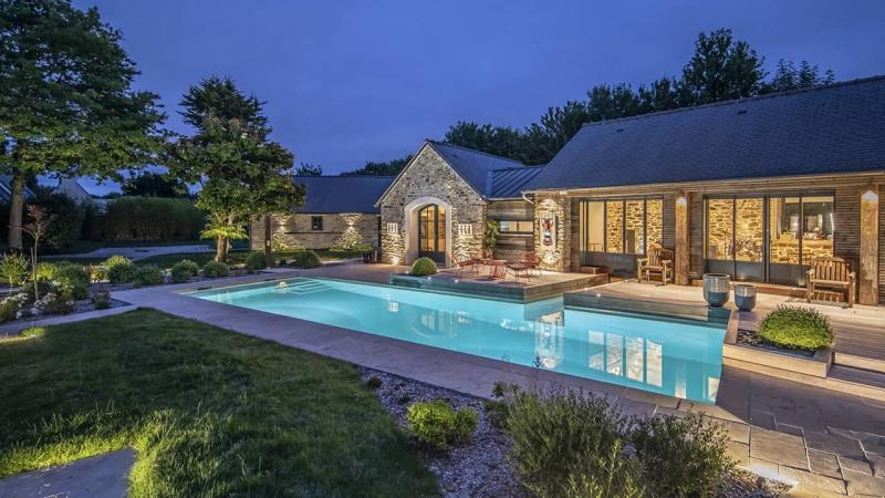Paradis de vert et d'eau piscine paysagée crépuscule esprit piscine 2020 59 Piscine In&Out Piscine paysagée 3D Sable