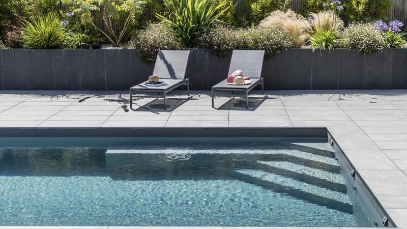 Intégration harmonieuse piscine paysagée gris escalier esprit piscine 2020 118 Piscine paysagée Gris anthracite