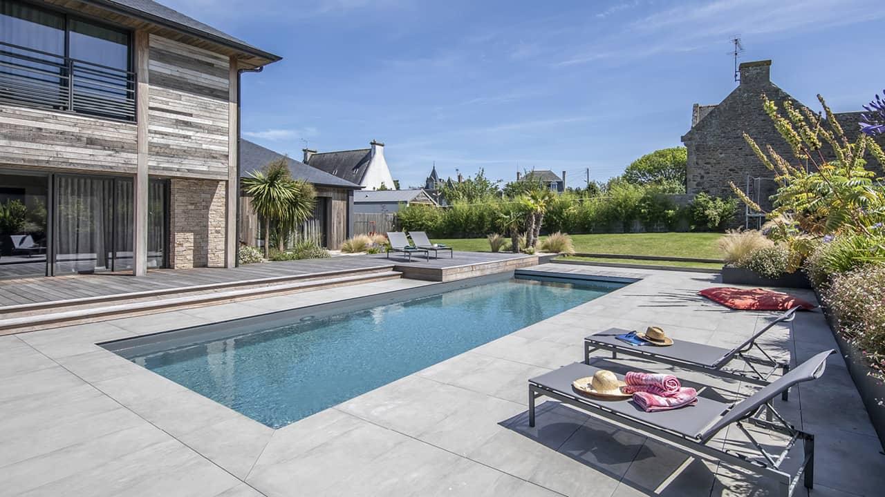 Intégration harmonieuse piscine paysagée gris esprit piscine 2020 115 Piscine paysagée Gris anthracite