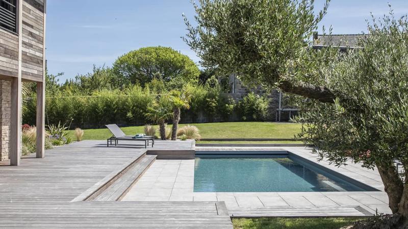 Intégration harmonieuse piscine paysagée gris esprit piscine 2020 117 Piscine paysagée Gris anthracite
