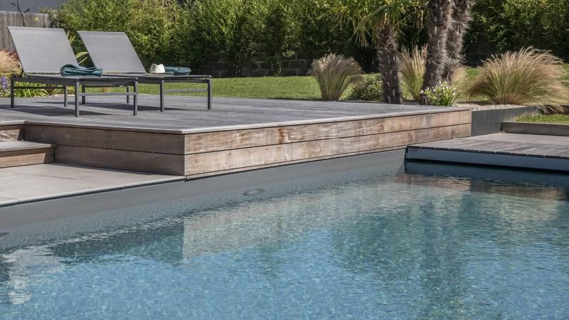 Intégration harmonieuse piscine paysagée gris esprit piscine 2020 119 Piscine paysagée Gris anthracite