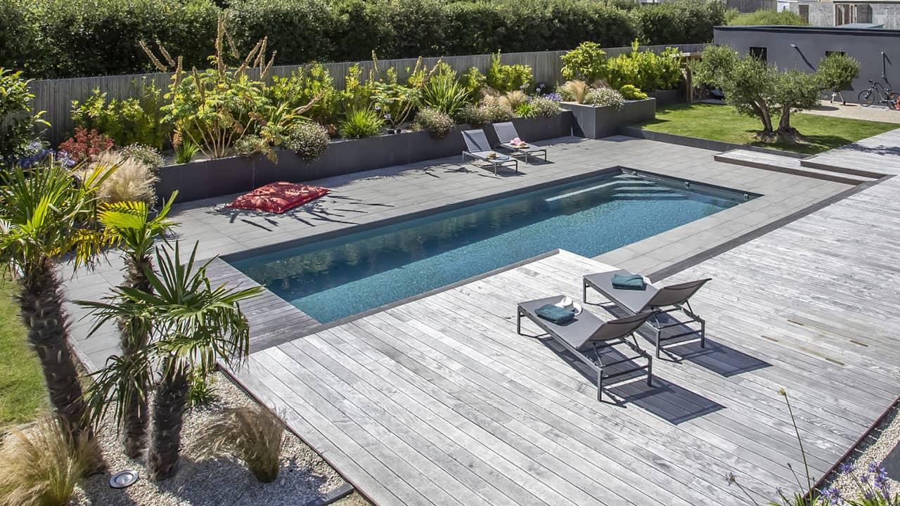 Intégration harmonieuse piscine paysagée gris terrasse bois esprit piscine 2020 120 Piscine paysagée Gris anthracite